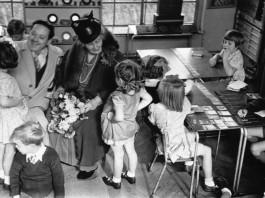 Maria Montessori, ormai anziana, in una scuola in cui si metteva in pratica il suo metodo