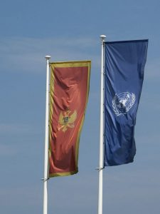 La bandiera del Montenegro, uno dei paesi con le tasse più basse d'Europa