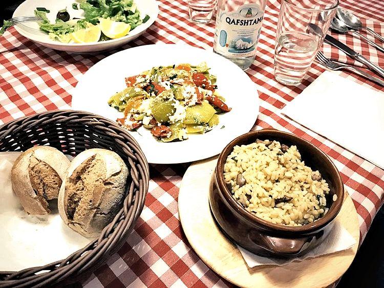 Alcuni piatti tradizionali albanesi (foto di Kj1595 via Wikimedia Commons)