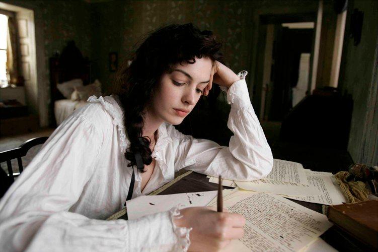 Jane Austen – la prima tra le grandi signore della letteratura inglese – nell'interpretazione di Anne Hathaway