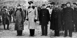 Il generale americano Marshall (secondo da sinistra) assieme ad alcuni dirigenti del Partito Comunista cinese; il primo da destra è Mao Zedong