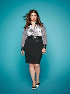 La modella Tara Lynn mostra come la cintura possa valorizzare un fisico curvy