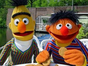 Bert ed Ernie in una scena in esterno