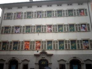Il calendario dell'Avvento che viene allestito sulla facciata del Palazzo casa natale dell'astronomo Max Valier (foto di Skafa via Wikimedia Commons)