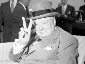 Winston Churchill esibisce il suo celebre gesto della vittoria