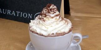 Una bella tazza di cioccolata calda è una delle bevande tipiche dell'inverno, ma la si può impreziosire con un po' di brandy (foto di Herrick via Wikimedia Commons)