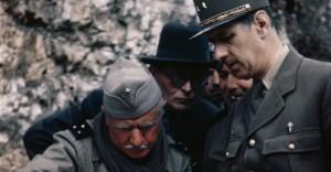 Charles De Gaulle (sulla destra) discute con alcuni capi militari le mosse da attuare