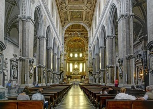 L'interno del Duomo di Napoli, una delle tappe immancabili di una visita alla città (foto di Berthold Werner da Wikimedia Commons)