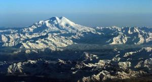 Il Monte Elbrus, il più alto d'Europa, in una foto di Jialiang Gao via Wikimedia Commons