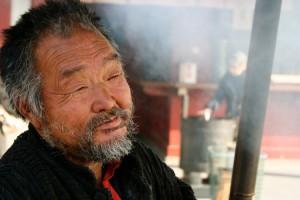 Un anziano giapponese in una foto di Jon Rawlinson via Flickr