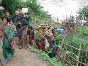 Popolazione Karen evacuata da un villaggio