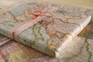 Il fascino un po' austero della carta regalo ricavata da vecchie cartine geografiche