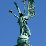 L'Arcangelo Gabriele in Piazza degli Eroi con la corona ungherese