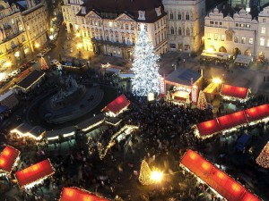 Il mercatino di Natale nel centro di Praga (foto di Hynek Moravec via Wikimedia Commons)