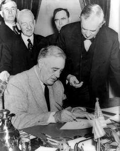 Franklin Delano Roosevelt firma la dichiarazione di guerra alla Germania