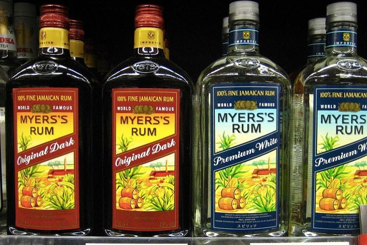 Bottiglie di rum giamaicano in vendita in un negozio