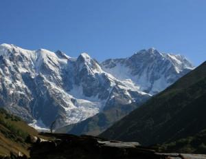 Il Monte Shkhara, terzo d'Europa per altezza, in una foto di A. Muhranoff via Wikimedia Commons