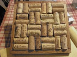 Un sottopentola realizzato con tappi di sughero provenienti da varie bottiglie (foto di Christine Ashworth via Flickr)