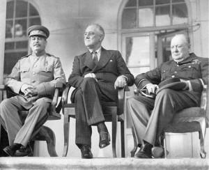 Stalin (a sinistra) a Teheran assieme a Roosevelt e Churchill