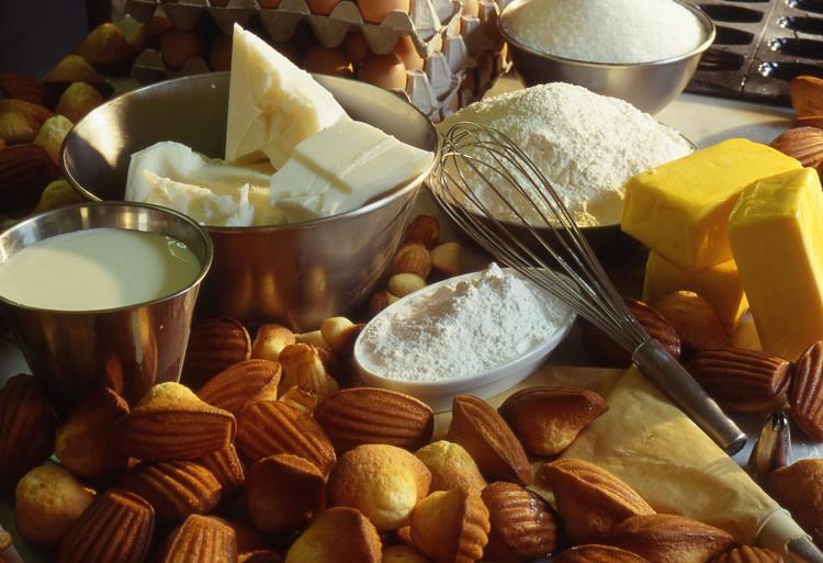 Alcuni strumenti utili quando si vogliono provare delle ricette per dolci (foto di MairieSY via Wikimedia Commons)