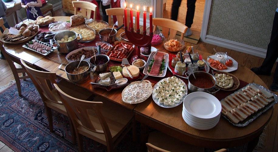 Un buffet di piatti semplici a Capodanno può essere la soluzione ideale per godersi la festa e non confinare nessuno in cucina (foto di David Castor via Wikimedia Commons)