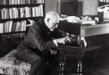 Luigi Pirandello alla macchina da scrivere negli anni della vecchiaia