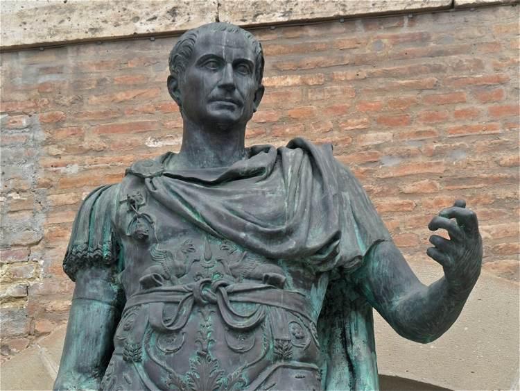 Il grande condottiero romano Giulio Cesare veniva spesso accusato di aver avuto un amore omosessuale in gioventù