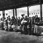 Una vecchia immagine di immigrati in fila ad Ellis Island