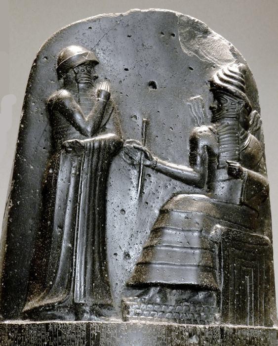 Il Codice di Hammurabi, con sopra il sovrano e il dio della giustizia Shamash