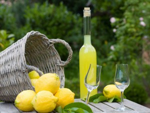 Il limoncello, un liquore la cui preparazione richiede un po' di tempo ma non molto impegno