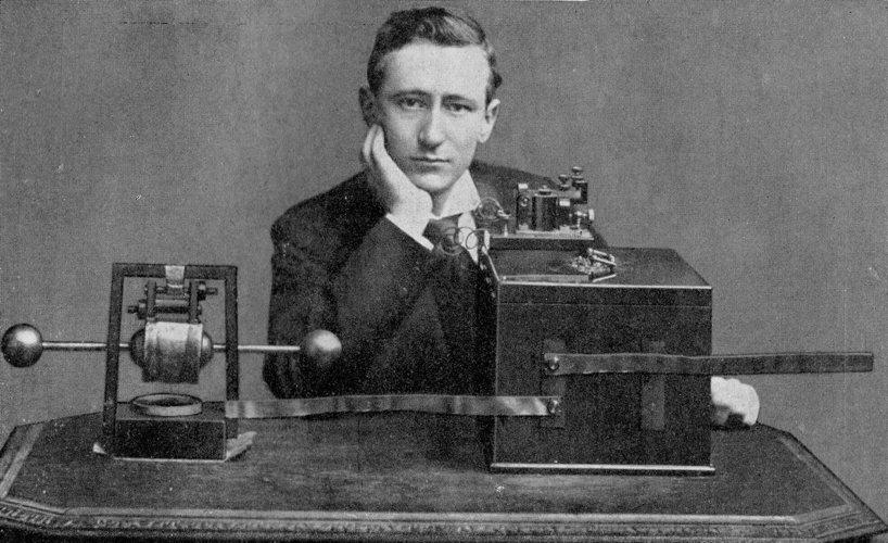 Guglielmo Marconi ritratto assieme alla sua più importante invenzione, il telegrafo senza fili