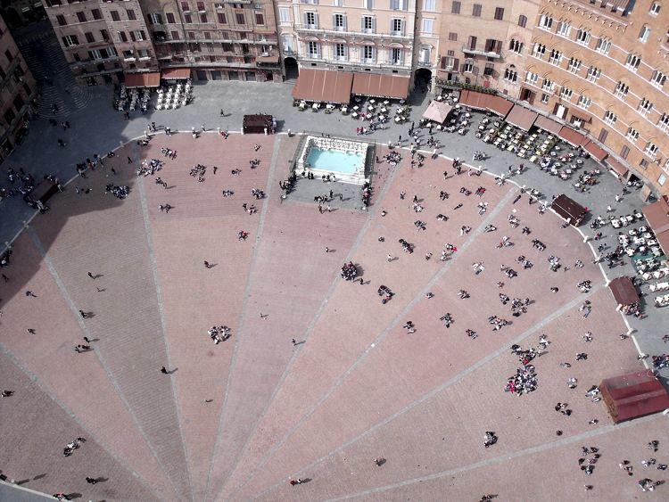 La caratteristica forma di Piazza del Campo vista dall'alto