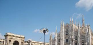 Piazza del Duomo a Milano con la facciata della cattedrale e l'ingresso di Galleria Vittorio Emanuele II