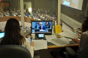 Interpreti al lavoro nella sala riunioni del Consiglio di Sicurezza dell'ONU