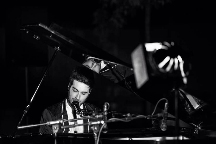 Antonio Maggio al pianoforte (foto di MarisaSalento via Wikimedia Commons)