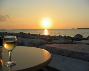 Oltre a farci rilassare, il vino bianco protegge cuore e reni, se assunto in quantità modeste