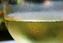 Scopriamo i benefici del vino bianco e dello champagne