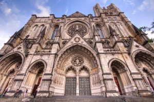 La Cattedrale anglicana newyorkese di Saint John (foto di Kripaks via Wikimedia Commons)