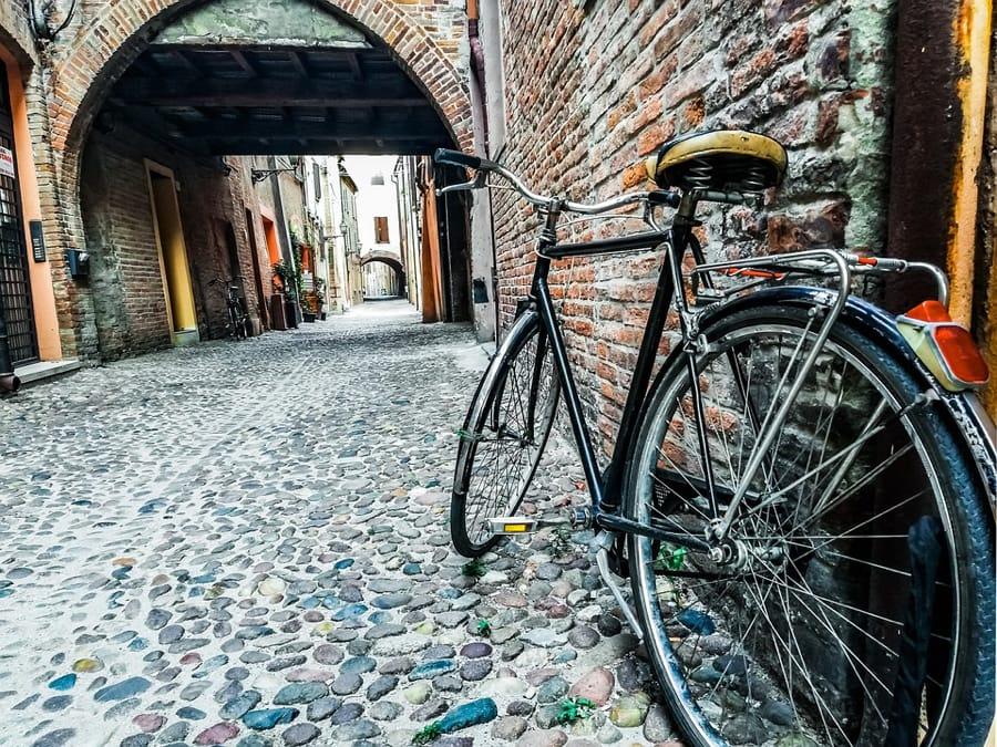 Una suggestiva immagine di via delle Volte a Ferrara