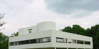 Villa Savoye, forse la più celebre delle opere di Le Corbusier (foto di Valueyou via Wikipedia)