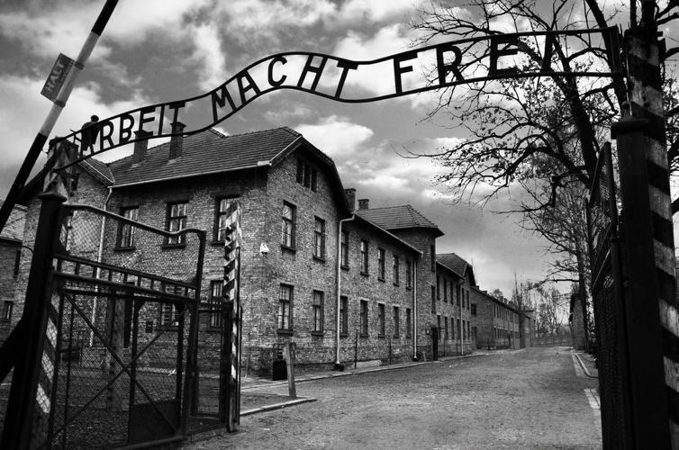 Il famigerato ingresso del campo di concentramento di Auschwitz, che fu liberato il 27 gennaio 1945