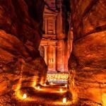 Il Siq di Petra in notturna