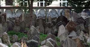 Il cimitero di Praga, dove i problemi di spazio sono stati risolti facilmente