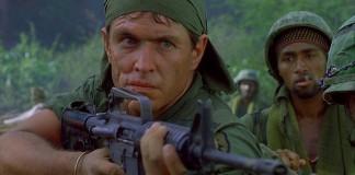 """Tom Berenger in una scena di """"Platoon"""", uno dei più famosi e belli film sulla guerra del Vietnam"""