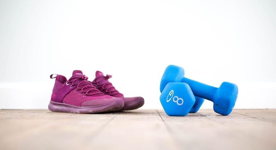 I migliori esercizi da fare in casa, tra scarpe e pesi