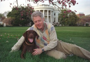 Bill Clinton col suo cane Buddy, quand'era Presidente degli Stati Uniti