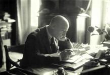 Gabriele D'Annunzio al suo tavolo da lavoro, immerso nella scrittura