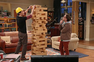 Un Jenga gigante giocato dai protagonisti di The Big Bang Theory