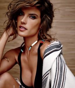 Alessandra Ambrosio in una pubblicità di costumi da bagno