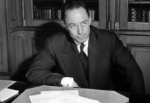 Albert Camus al suo tavolo da lavoro